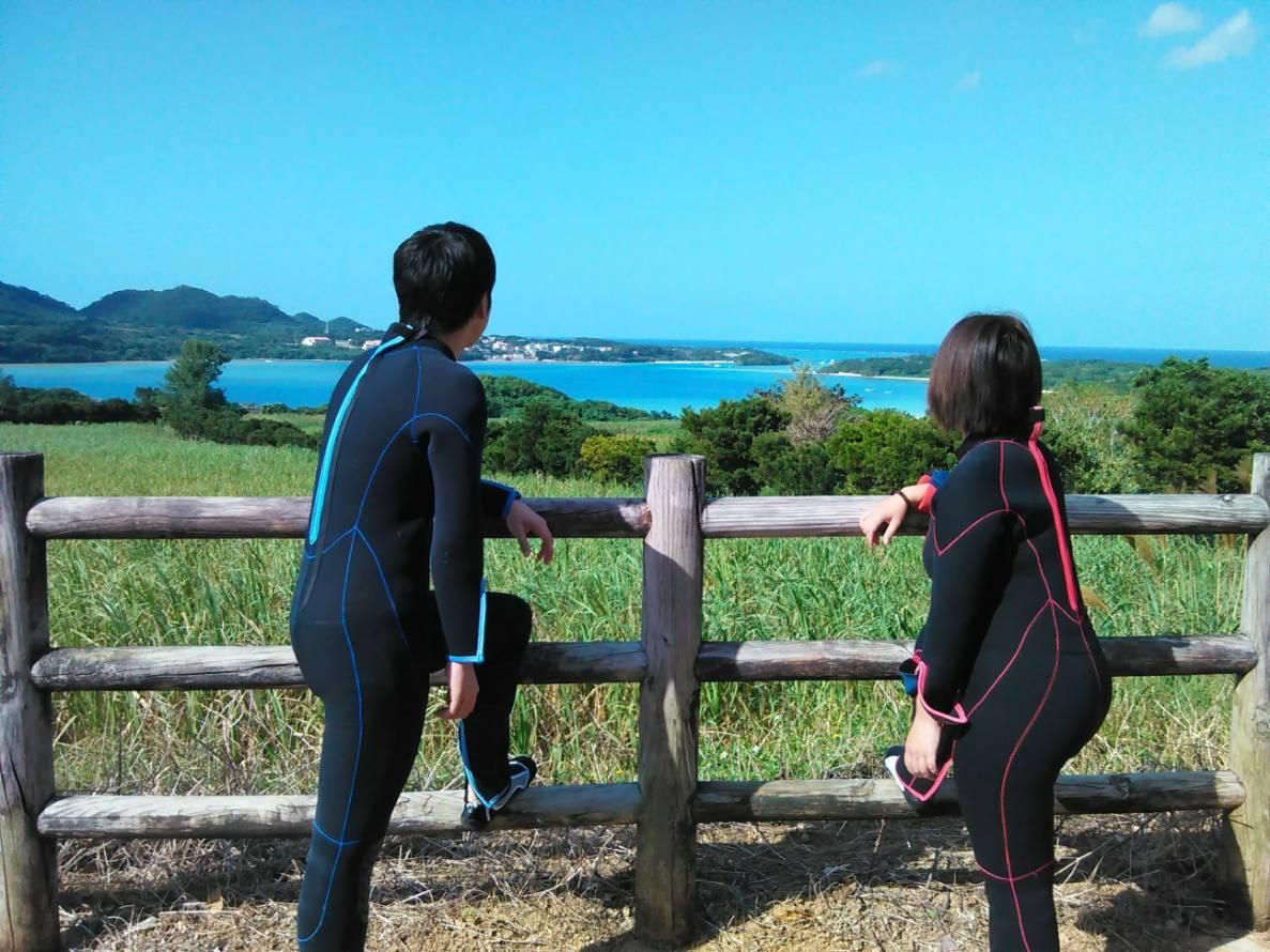 川平湾を眺めるカップル